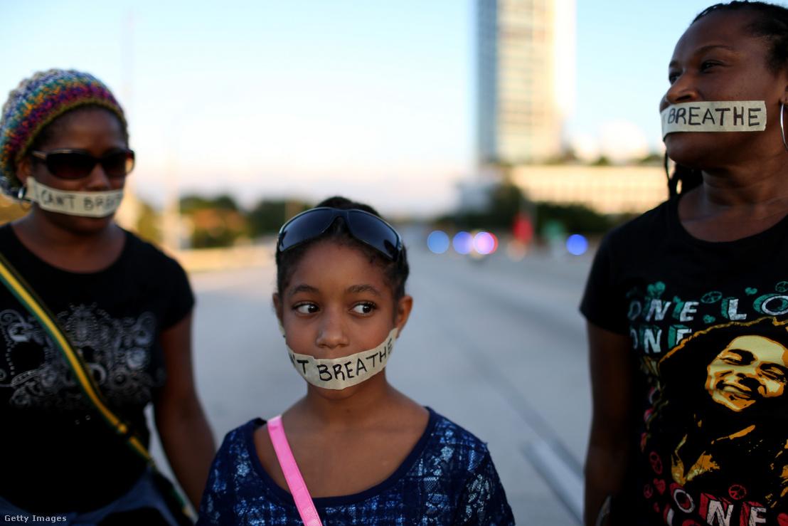 """""""I can't breathe"""" azaz """"Nem kapok levegőt"""", áll a tüntetők szájára ragasztott szalagon egy 2014 decemberében Miamiban tartott tüntetésen"""