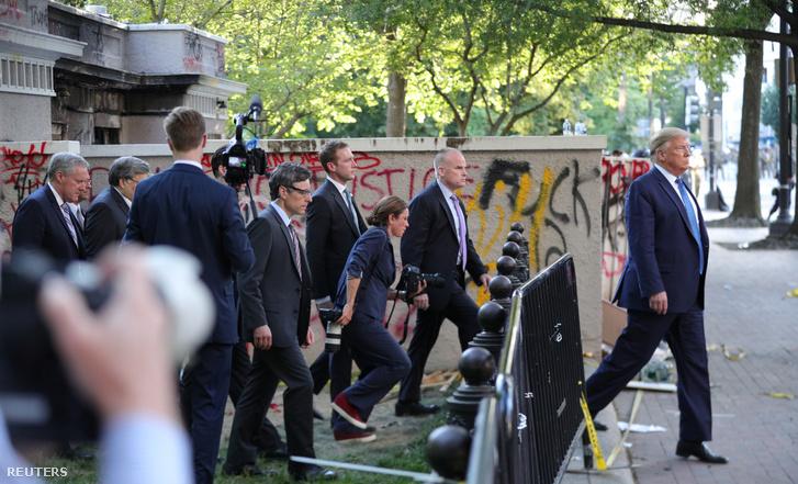 Az elnök védelem és a sajtó kíséretében hagyja el a Fehér Ház közelében lévő Szent János-templomot, ahol a Bibliával fotózkodott 2020. június 1-jén