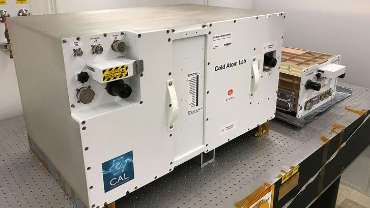 A NASA Cold Atom Laboratory (CAL) nevű kísérletében az űrben folytatódnak az extrém alacsony hőmérsékletű kutatások. A NASA felvételén az egyik tartály látható, amit a Nemzetközi Űrállomásra telepítenek.