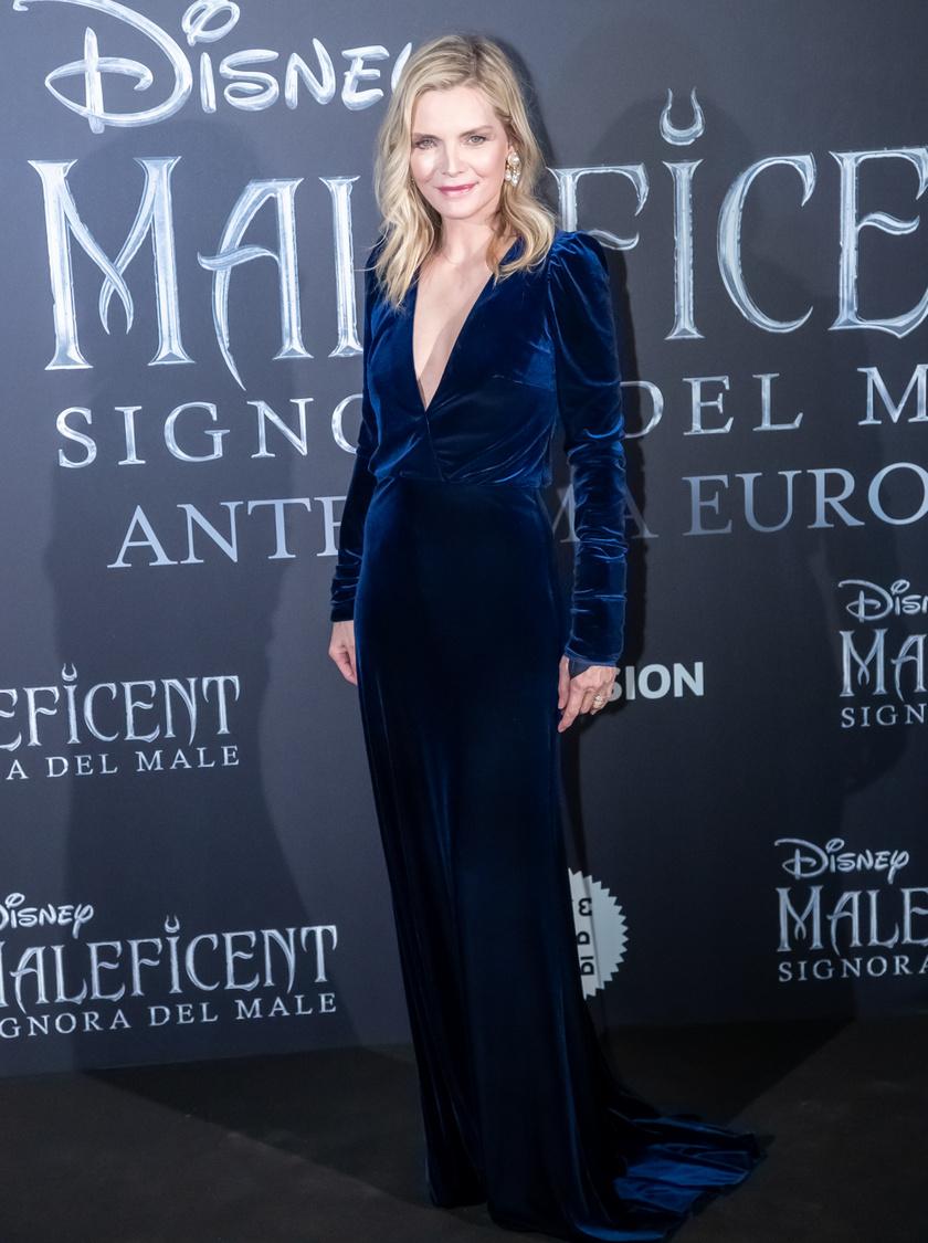 Michelle Pfeiffer szinte mindig nőies és elegáns. Kedveli az alakját hangsúlyozó ruhákat, és csakis ízléses, stílusos darabokban mutatkozik. Esze ágában sincs fiatalabbnak tűnni a koránál, és ettől csak még gyönyörűbb, szimpatikusabb mindenkinek.