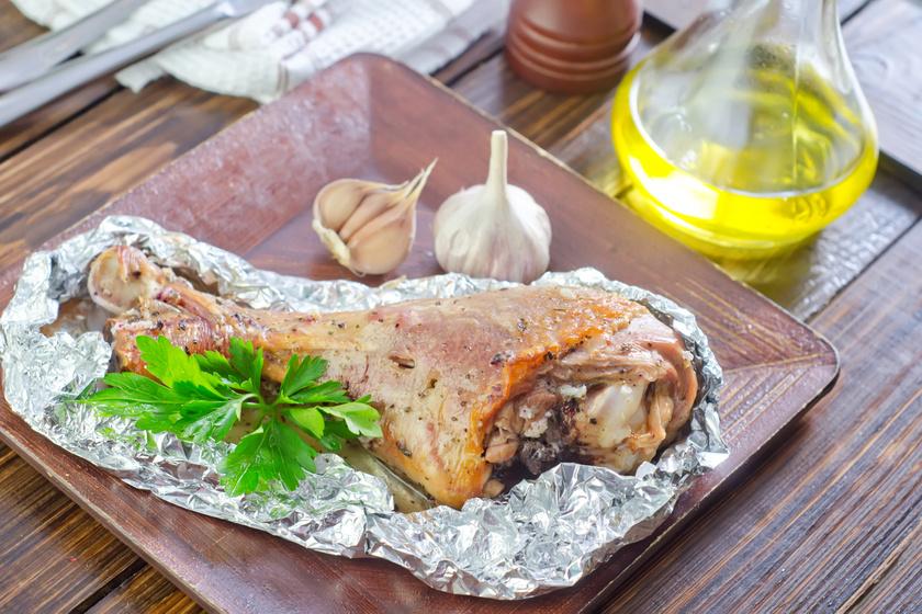 Olívás, fokhagymás csirkecomb fóliában sütve: leomlik a hús a csontról, annyira puha