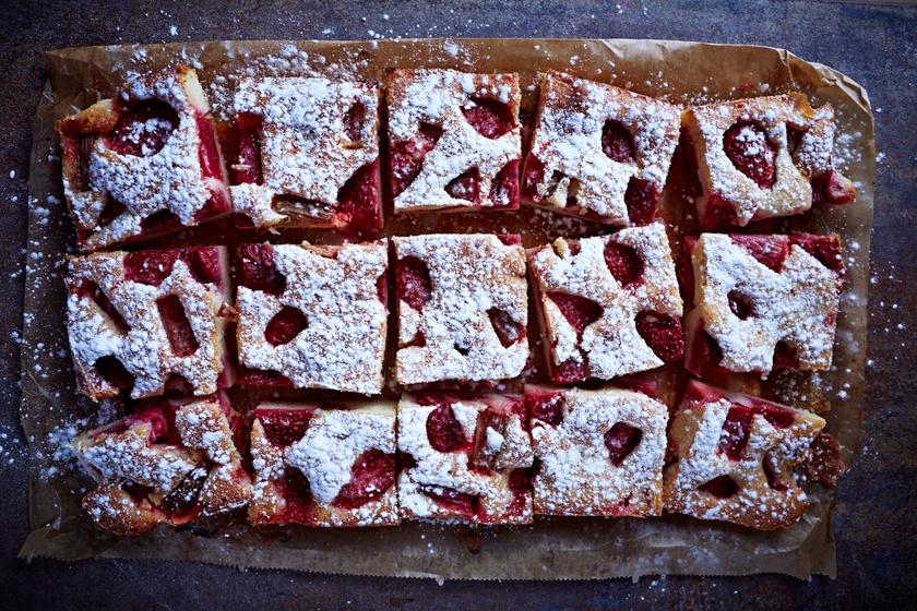 Isteni epres, rebarbarás süti egyszerű kevert tésztából: a vajtól lesz igazán finom