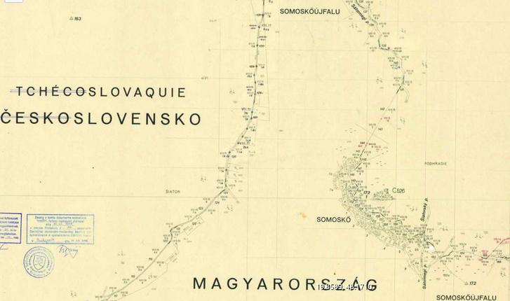 A somoskői határszakasz: Somoskőújfalu végül Magyarországon maradt, a vár Csehszlovákiához került. A térkép jobb oldalán a vörös vonal egy 1952-es kisebb határkiigazítást jelöl.