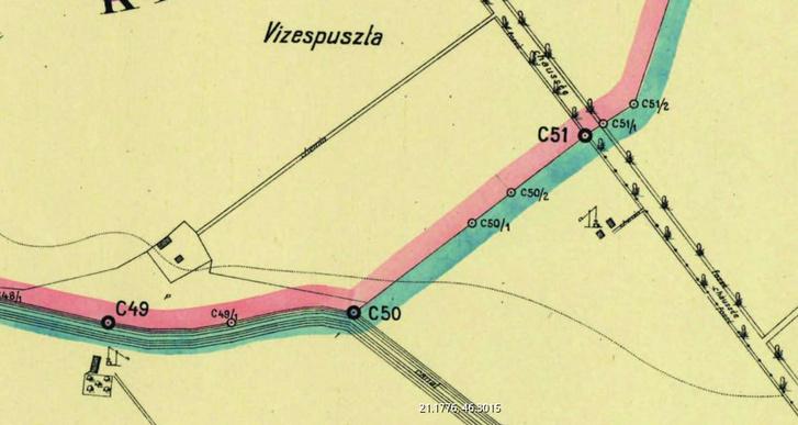 A ma is érvényes román-magyar határszakasz Dombegyháznál, a térképen még a (Romániához került) gémeskútak is fel vannak tüntetve.