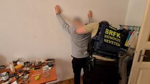 Nyomozótól akart drogot venni egy férfi, miközben házkutatást tartott egy drogdílernél