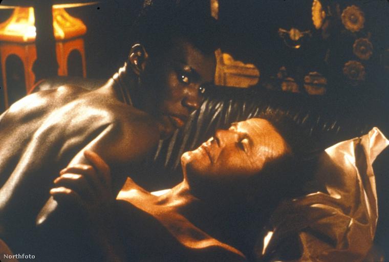 Az 1985-ös Bond-filmban, a Halálvágtában Roger Moore alakítja a 007-est