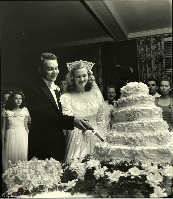 Mint látható, a menyasszony (és édesanyja) végül emellett a rendkívül díszes torta mellett döntöttek.