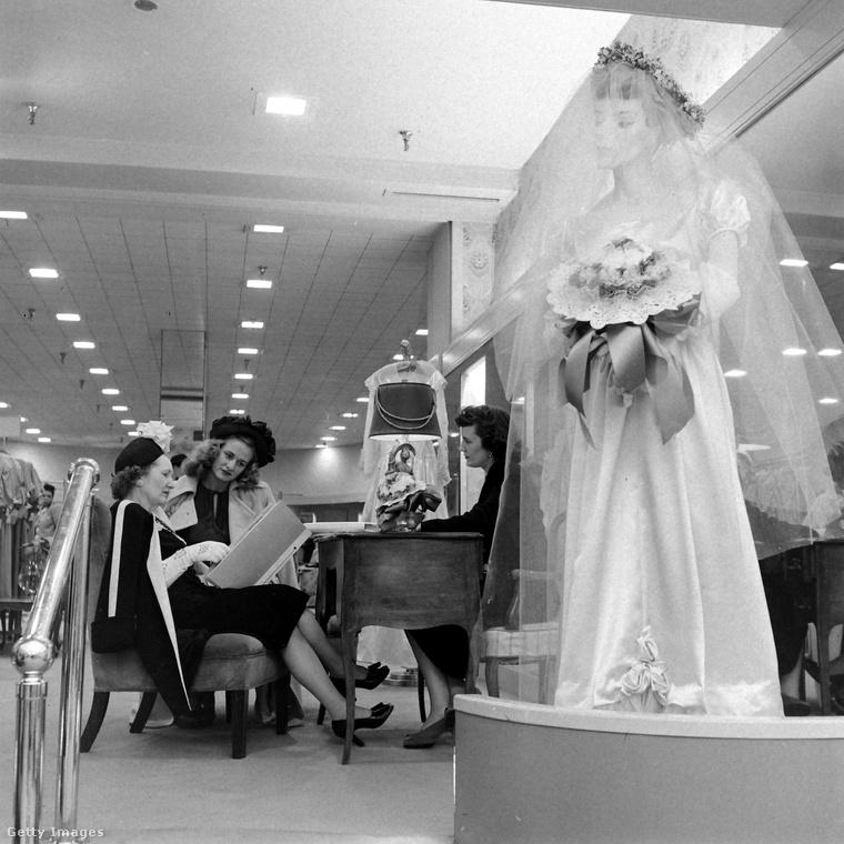 Anya és lánya az esküvőiruha-szalonban válogat a katalógusból, az előtérben egy friss modell.Ez az év nemcsak a menyasszony életében volt jelentős, sok minden történt: az év elején bemutatták az első Polaroid fényképezőgépet, áprilisban került a mozikba az Oscar-díjas Tom és Jerry epizód, júliusban a roswelli ufóincidens borzolta a kedélyeket - januárban pedig a Fekete Dália-gyilkosság