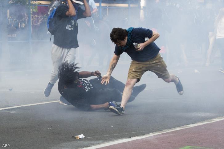 Tüntetőket oszlatnak könnygázzal a rendőrök a Fehér Ház közelében 2020. június 1-én