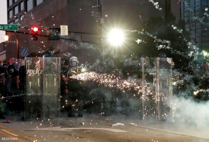 A rendőrök könnygázgránátokkat lőnek a George Floyd halála miatt tüntető tömegbe 2020. május 30-án Atlantában