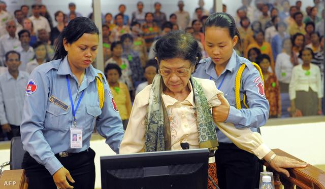 Ieng Thirith a bíróság előtt 2011. októberében