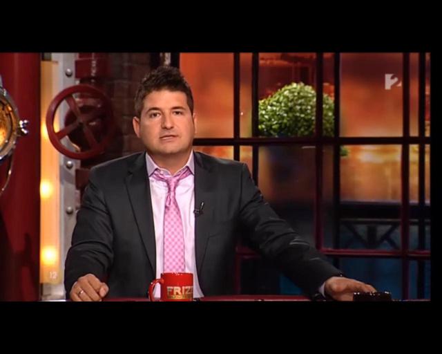Hajdú büszkén viseli a műsorban, de ha privátilag megy valahova nyakkendőben, akkor begombolkozik rendesen