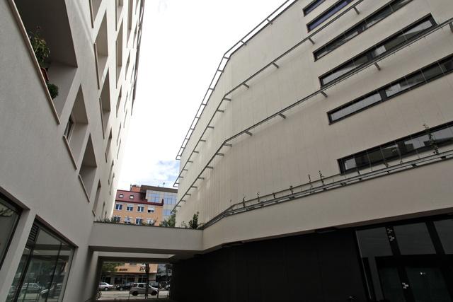 A telek felére a BHG épített művelődési házat, cserébe a másik részre iroda- és lakóházat húzhatott fel. Balra a lakó-, jobbra a kultúrház.