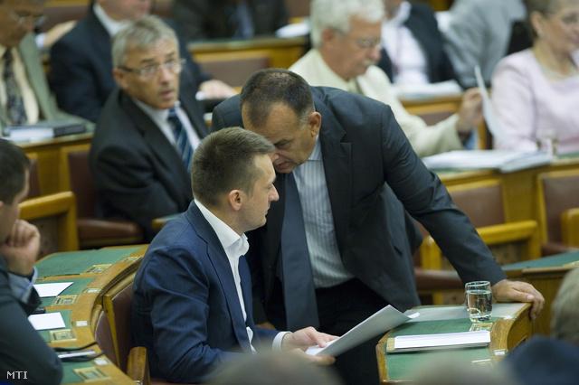 Varga István és Rogán Antal a parlamentben