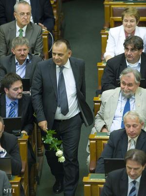 Varga István virágokkal a kezében érkezett a szerdai plenáris ülésre