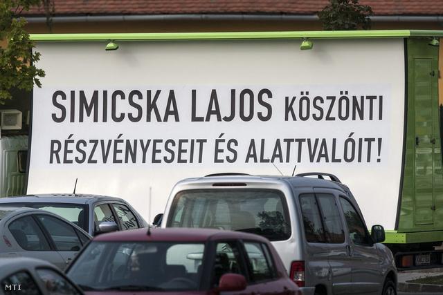 Felirat egy teherautón elhelyezett óriásplakáton a Fidesz-KDNP szeptemberi frakcióülésének otthont adó szállónál