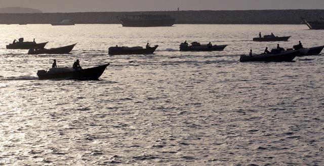 Csempészárukat szállító kishajók a Hormuzi szorosban
