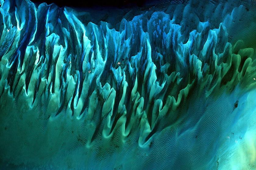 A győztes fotót 2001-ben készítette az Enhanced Thematic Mapper Plus megfigyelőállomás a Bahamák partjai felett. Az óceáni dagályok ilyen különleges mintákat hoztak létre a homokban.