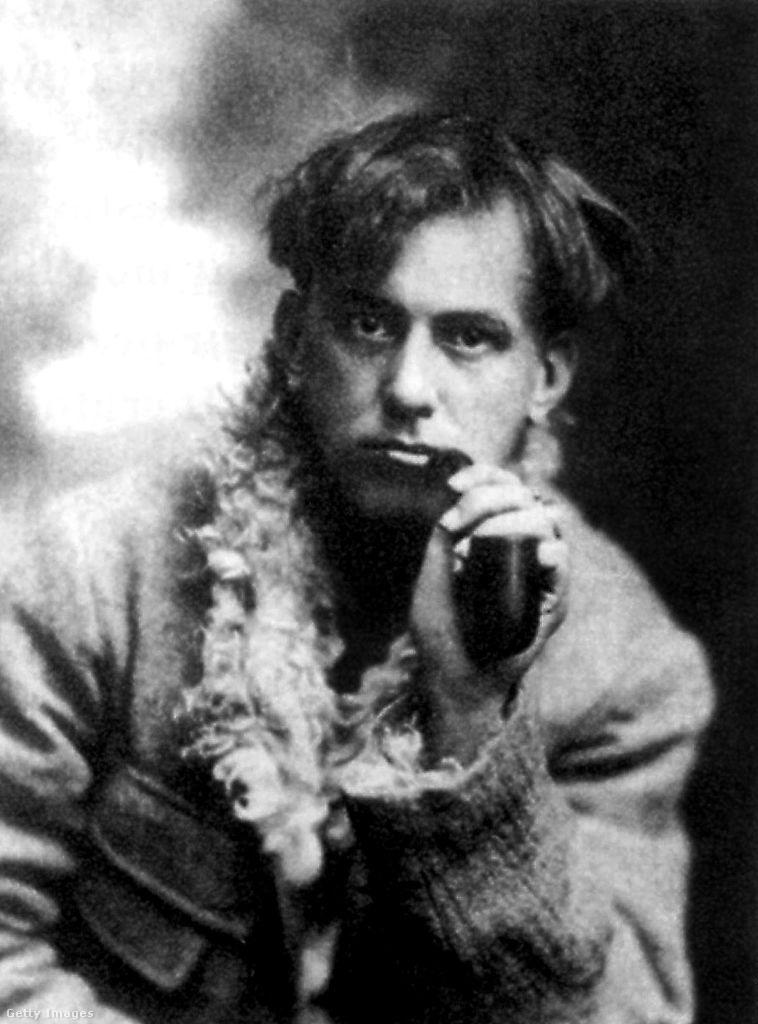 Fiatalkori fotó Aleister Crowleyról.
