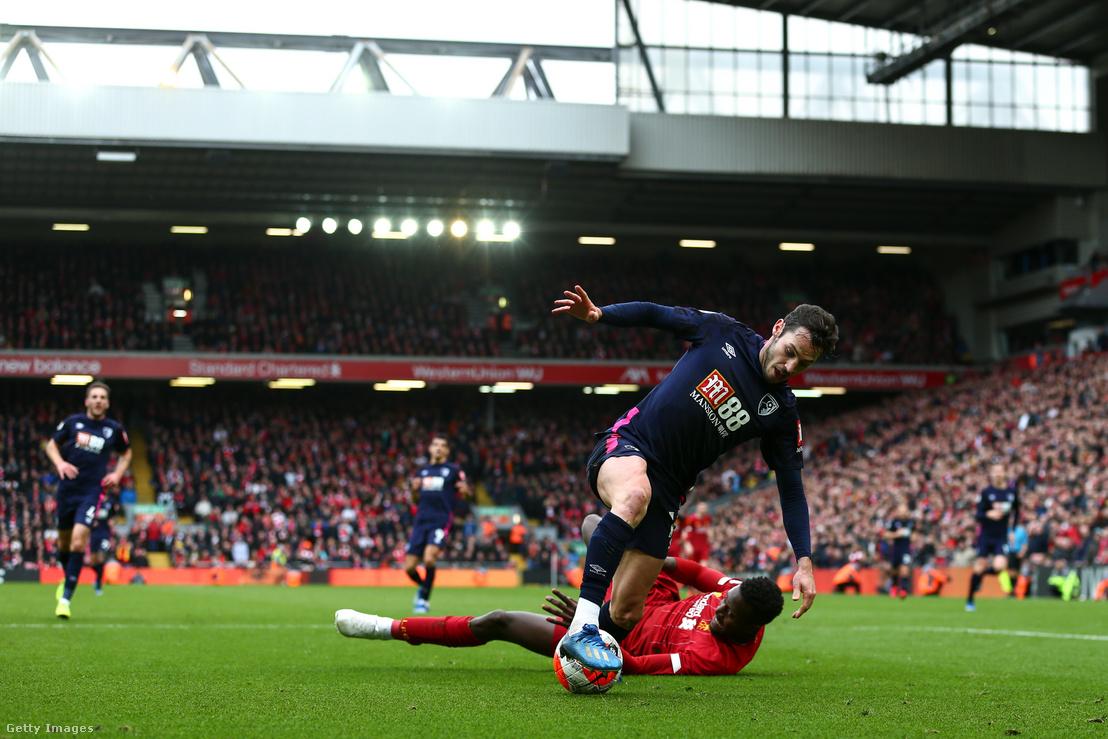 Adam Smith (Bournemouth) és Divock Origi (Liverpool) a Premier League meccs során a Liverpool FC és az AFC Bournemouth között, 2020. március 7-én, Liverpoolban.