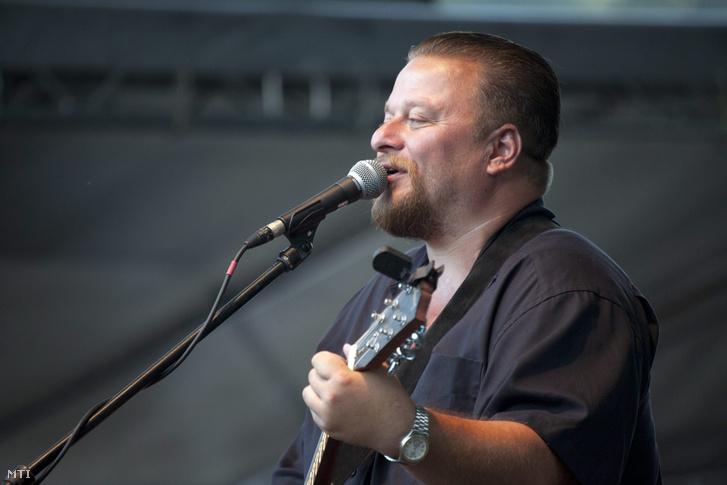 Nyerges Attila énekel az Ismerős Arcok együttes koncertjén a 23. Bálványosi Nyári Szabadegyetemen a romániai Tusnádfürdőn 2012-ben