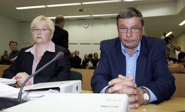 Nils Gustafsson az ügyvédjével, Riitta Leppiniemivel a bíróságon Espooban, 2005. augusztus 16-án