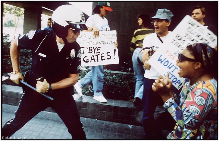 A rendőri brutalitás elleni tiltakozás 1992-ben Los Angelesben súlyos zavargásokba torkollt, amit viszont az újabb kemény rendőri fellépés nem enyhíthetett. 1992. április 29.