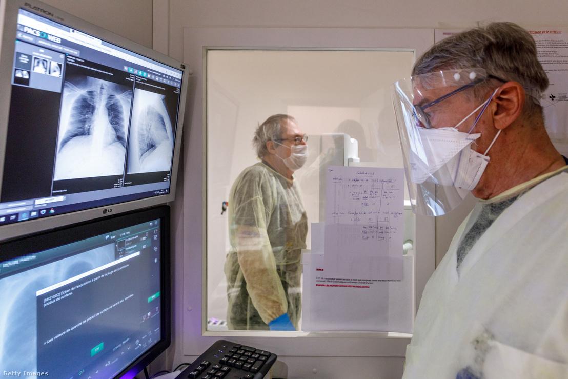 Koronavírusos beteg tüdőröntgenjét vizsgálja egy orvos egy belga kórházban 2020 áprilisában.