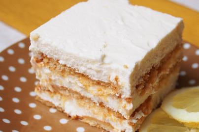 Hideg, sütés nélküli citromos sütemény: a kekszre selymes, tejszínes krém kerül