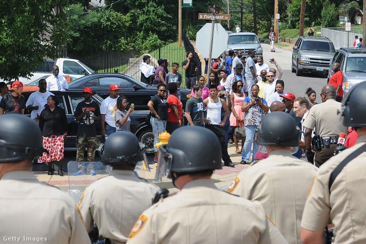 Tüntetők a 18 éves Michael Brown halála miatti tiltakozáson Fergusonban 2014. augusztus 11-én.