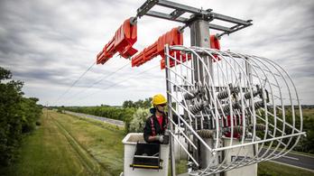 Madárvédő eszközöket szereltek az elektromos oszlopokra a Hortobágyon