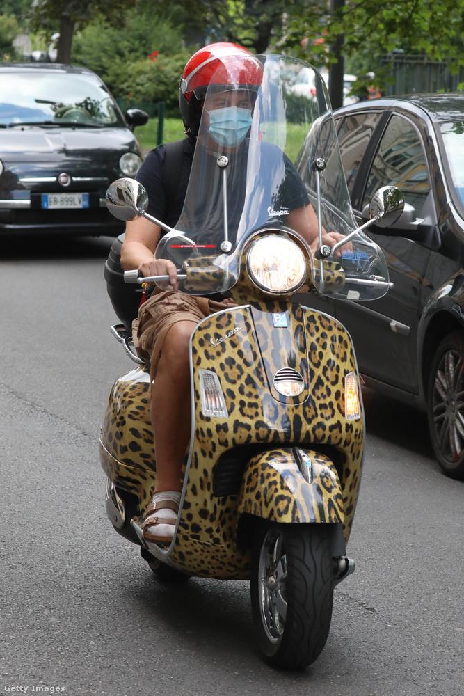 Igen, ez egy teljes egészében leopárdmintás Vespa.