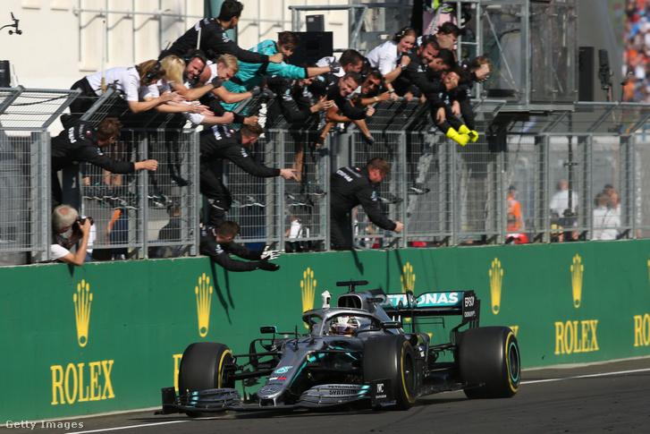 Lewis Hamilton megnyeri a 2091-es Magyar Nagydíjat.