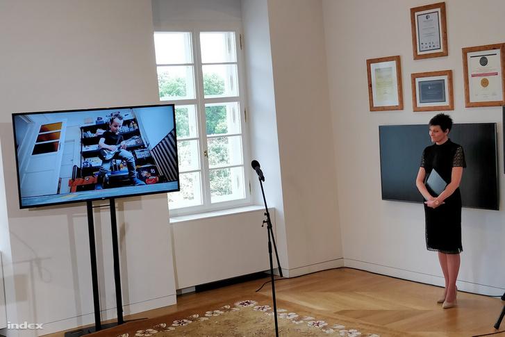 A képernyőn a Kiss Kata Zenekar Magyar vagyok című számának az eseményre készült kiadása