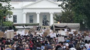A hétvégére készülve megerősítik a Fehér Ház kerítését