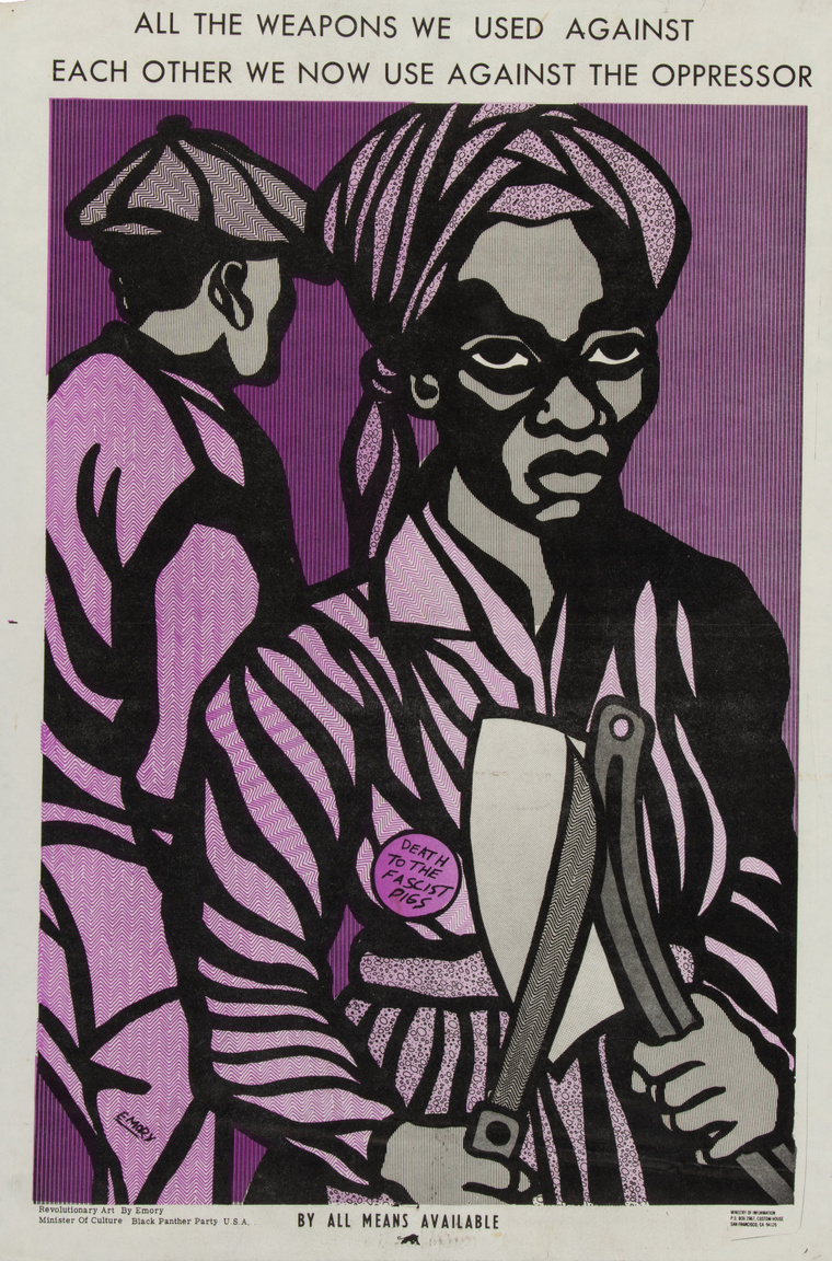 """""""Minden szükséges eszközzel"""" – Emory Douglas Malcolm-X szavait idéző plakátja a hetvenes évek elejéről. A plakát tetején a szöveg: """"Az összes fegyvert, amit egymás ellen használtunk, most az elnyomók ellen fordítjuk."""" A kenyérvágó késsel és húsvágó bárddal fölfegyverzett afroamerikai nő kitűzőjén a felirat: """"Halál a fasiszta disznókra!"""""""