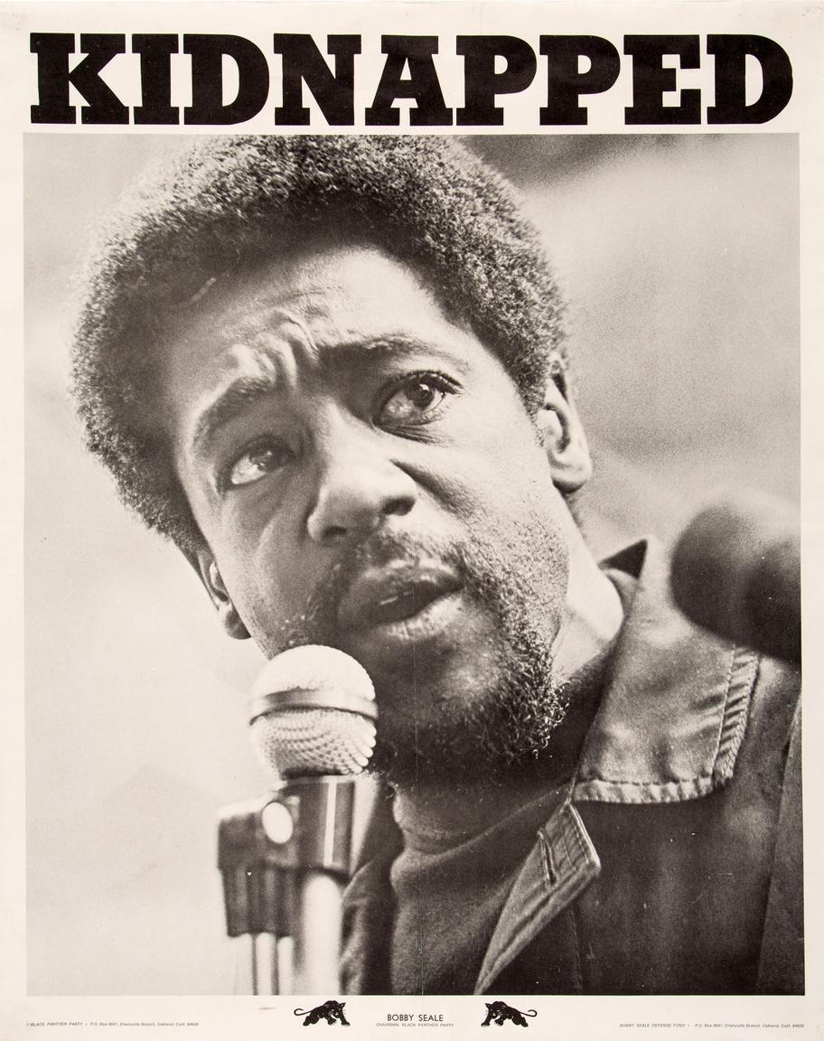 """""""Elrabolták"""" – Bobby Seale 1969-es letartóztatása után készült plakát. A Fekete Párducok társalapítójának autóját 1969. augusztus 19-én, társa, Ray """"Masai"""" Hewitt esküvőjéról jövet vette körbe jó pár jelöletlen rendőrségi autó. Helyben letartóztatták, a San Francisco-i városi börtönbe vitték, és vádat emeltek ellene az 1968-as chicago-i zavargások megszervezése miatt. Hewitt folyamatosan ellenszegült a bírósági eljárásnak, volt hogy megkötözve, bekötött szájjal kellett ülnie a tárgyalóteremben. Végül emiatt, az igazságszolgáltatás 16 rendbeli akadályozása miatt ítélték el négy év börtönre."""
