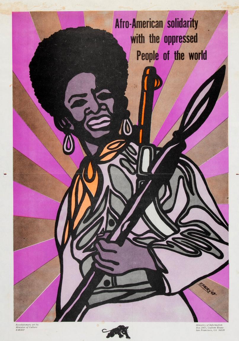 """Emory Douglas egyik leghíresebb plakátja. A szlogen: """"Afroamerikai szolidaritás a világ elnyomott népeivel"""", az 1969-es alkotás a korszak pszichedelikus popkulturális jegyeit mutatja, a fő alak, egy vállra vetett puskával a szemlélő fölé magasodó, lándzsát szegező  harcos nő, mintha rokona lenne az ebben az időszakban debütáló Fekete Párduc Marvel-képregények ádáz wakandai amazonjainak."""