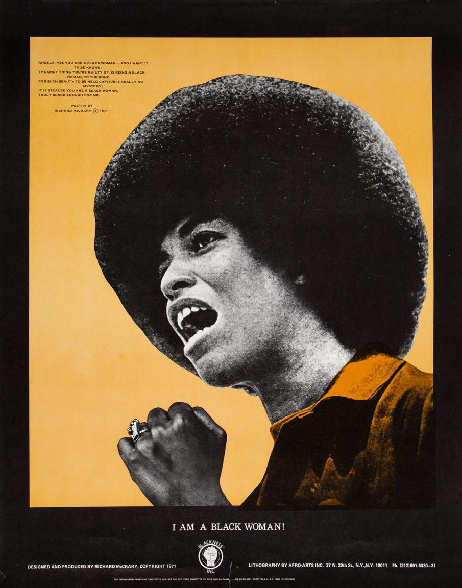 """""""Fekete nő vagyok"""" – az Angela Davis-t ábrázoló, 1971-es plakáton Richard McCrary verse olvasható, a plakátot is Richard McCrary tervezte. A UCLA professzora ekkortájt került vizsgálati fogságba a Marin megyei bíróság elleni fegyveres támadásban betöltött állítólagos szerepe miatt, ugyanis a négy halálos áldozatot követelő lövöldözés során használt fegyver Davis nevén volt regisztrálva. A politikai aktivistát végül egy év múlva engedték ki az előzetes letartóztatásból, miután felmentették a terroizmussal, gyilkosság előpkészületével kapcsolatos vádak alól."""