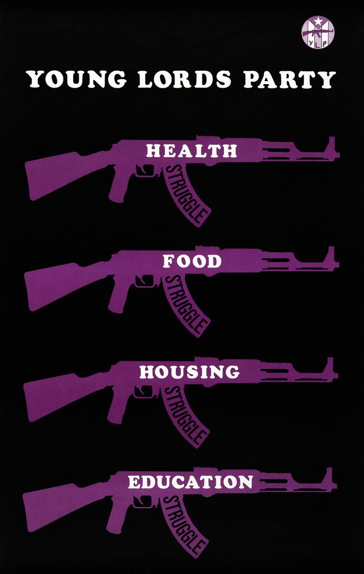 """""""Küzdelem az egészségért, élelemért, lakhatásért, iskolázottságért"""" – Young Lords Party poszter 1971 tájékáról. A Puerto Rico-i fiatalok által a hatvanas évek elején alapított chicago-i antifasiszta, antikapitalista, antirasszista, emberi és civil jogi mozgalom a Fekete Párducokhoz hasonlóan a rendőrségi túlkapások, a rendszerszintű elnyomás ellen küzdött, tagjai önvédelmi elveken alapuló fegyveres akciókban vettek részt. Az országossá növő latin-amerikai szervezet alapítóját, a huszonéves Jose Cha Cha Jimenez-t 1974-ben egy év szabadságvesztésre ítélték, a szervezet a nyolcvanas évekre lassan vesztett jelentőségéből, erejéből."""