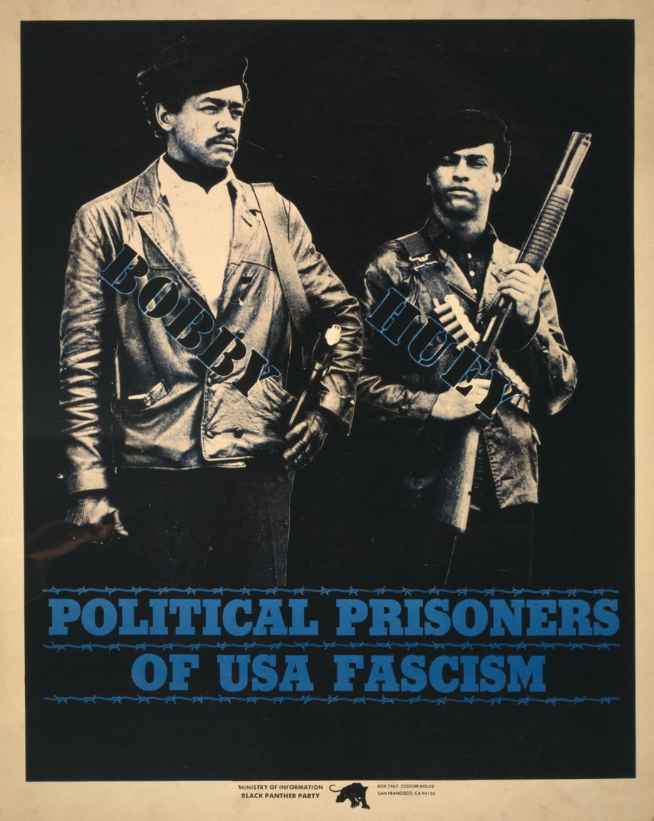 """""""Az amerikai fasizmus politikai foglyai"""" – Bobby Seale és Huey P. Newton, a Fekete Párducok két alapító tagja, akik a hatvanas évek végén kerültek börtönbe. Huey P. Newton oaklandi rendőrökkel keveredett fegyveres összetűzésbe, aminek során egy rendőr meghalt, Bobby Seale-t pedig egy rendőrspiclinek tartott Fekete Párducok-tag halála miatt börtönözték be."""