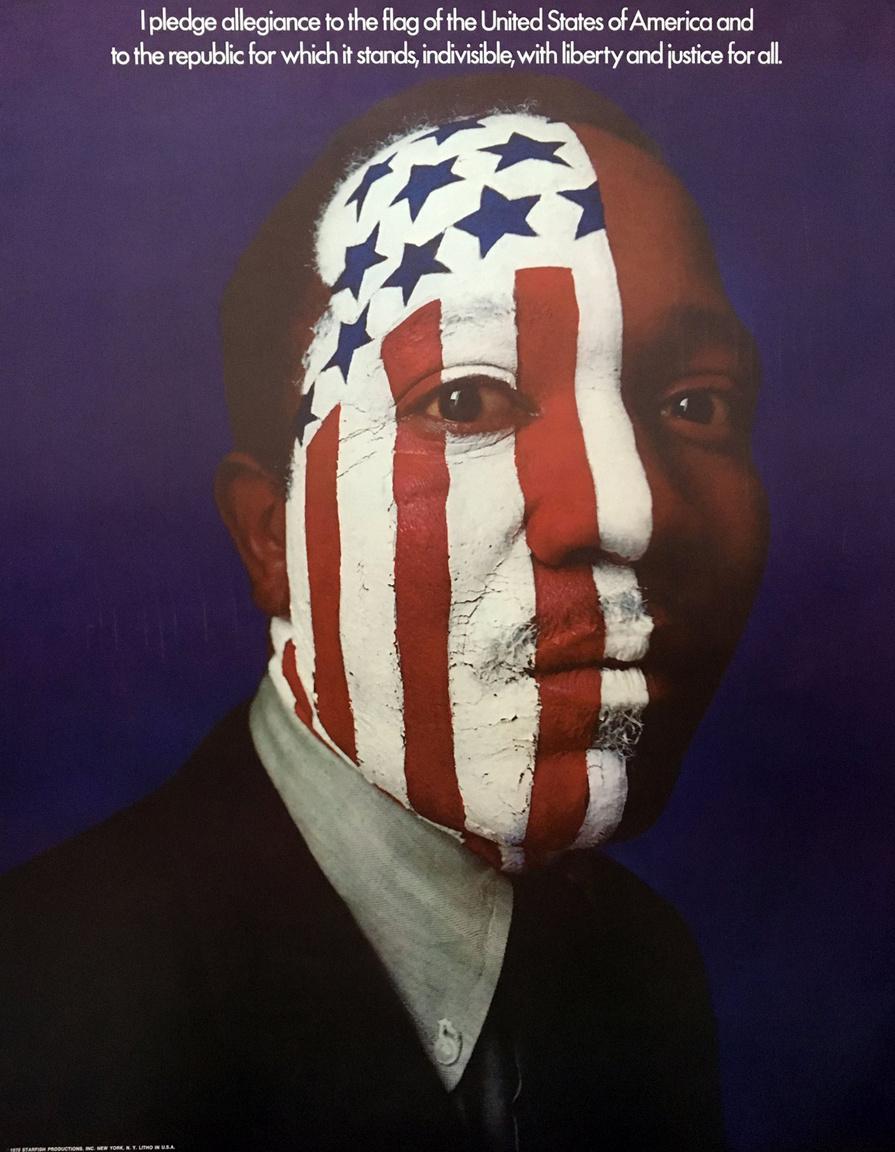 """""""Hűséget fogadok az Amerikai Egyesült Államok zászlajának és a köztársaságnak, mindannak amiért kiáll, egyöntetűen, szabadságot és igazságosságot szolgáltatva mindannyiónknak"""" – 1970-es években készült politikai plakát."""