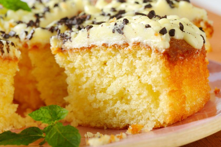 Könnyű citromos süti lágy vajkrémmel a tetején: édes, de cseppet sem émelyítő
