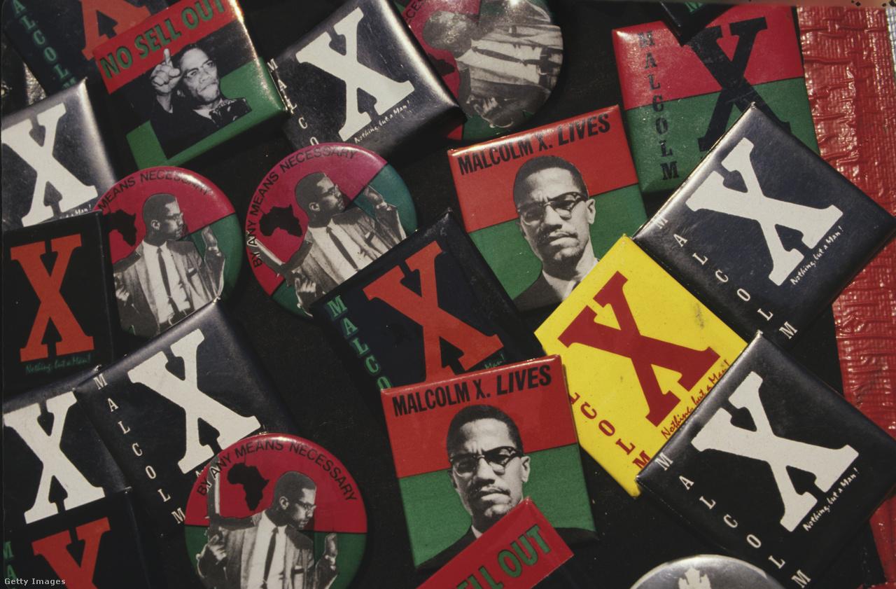 """""""Minden szükséges eszközzel"""" – az 1965-ben meggyilkolt Malcolm X (El-Hajj Malik El-Shabazz) szállóigévé vált szavai kitűzőkön, egy harlemi utcai vásáron, a kilencvenes években. Az ellentmondásos megítélésű omahai muszlim pap a fajgyűlölet, a rasszizmus, a társadalmi elnyomás harcosan radikális ellensége, a feketék polgárjogi mozgalmának első igazán népszerű és befolyásos alakja volt. Frantz Fanon martinique-i francia filozófus valamint Jean-Paul Sartre társadalmi egyenlőtlenségekkel és politikai erőszakkal foglalkozó szövegeiben feltűnt szavakat élete utolsó évében használta föl egy beszédében Malcolm X: """"Kijelentjük, hogy jogunkban áll ezen a földön élni, jogunkban áll embernek lenni, hogy tiszteletet érdemlünk, mint minden emberi lény, hogy megilletnek minket is az emberi létezés jogai ebben a társadalomban, itt ezen a földön, itt ezen a napon, és ezt ki fogjuk harcolni minden szükséges eszközzel."""""""