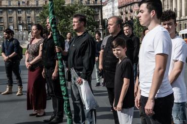 A fotó középpontjában a terrorcselekmény és más bűncselekmények miatt eljárás alatt álló Budaházy György.