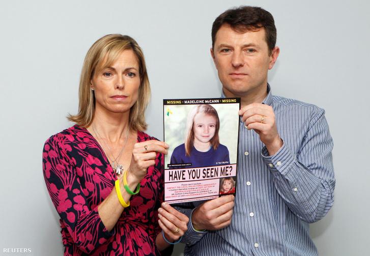 Madeleine McCann szülei, kislányuk fényképével 2012-ben