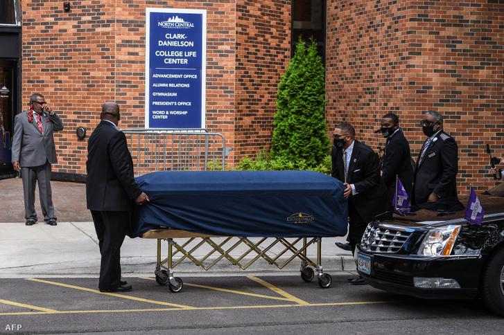 George Floyd földi maradványait viszik az emlékére tartott megemlékezésre Minneapolisban.