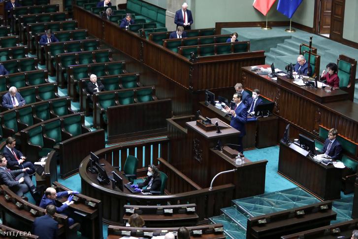 Mateusz Morawiecki miniszterelnök (k) felszólal a gazdaságélénkítő csomagról szóló szabálymódosításról folytatott vitán a parlamenti alsóház, a szejm ülésén, Varsóban 2020. március 27-én.