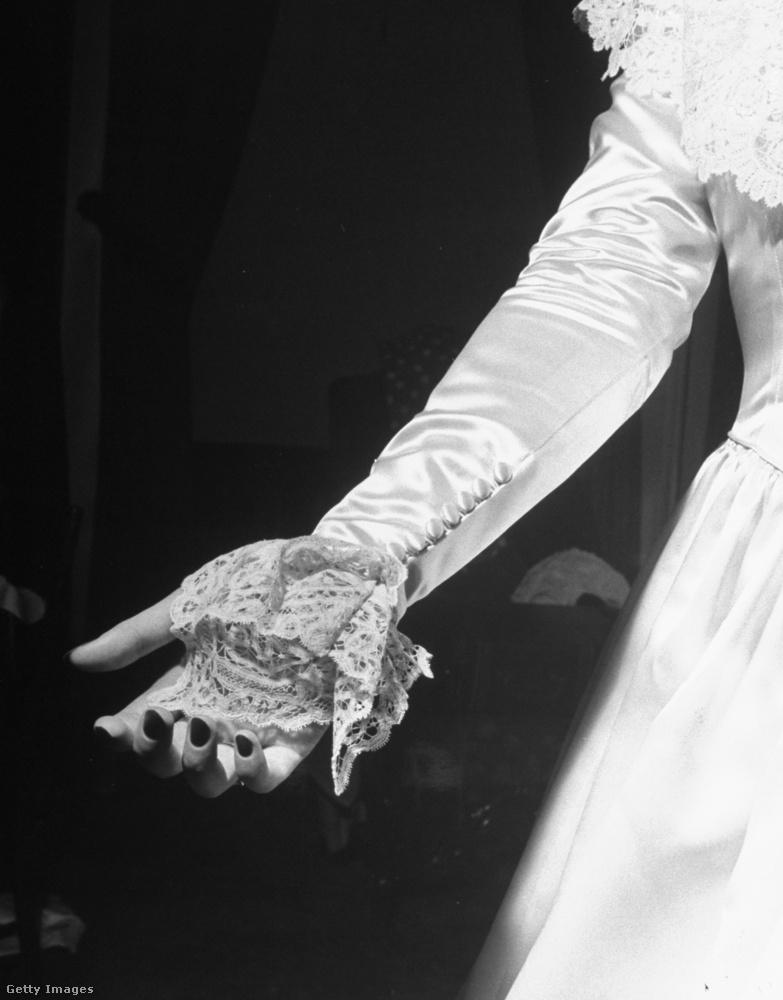 Egy csipke kézelő, amely a régit hivatott képviselni a ruhán,