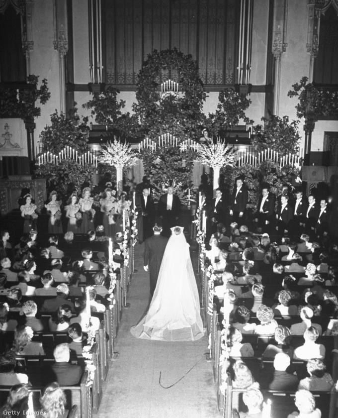 Az esküvőről sajnos ez az egyetlen képünk van, viszont ebből is kiderül valami érdekes: hogy a menyasszony a férje karján sétált az oltárhoz, nem az édesapja kísérte oda
